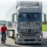 """Mercedes предлагает систему, которая """"видит"""" мертвые зоны на грузовике"""